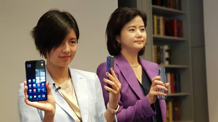 버지니아 쉬 샤오미 글로벌커뮤니케이션 매니저(왼쪽)와 정승희 지모비코리아 대표가 샤오미 미9을 소개했다.