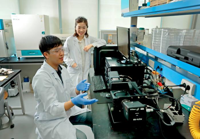 고정밀 나노패터닝 공정기술을 개발한 김소연 UNIST 교수(오른쪽)와 김예찬 연구원.