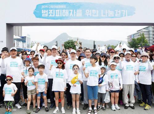 임석우 에스원 부사장(뒷줄 왼쪽에서 네번째부터), 김오수 법무부 차관, 김갑식 전국범죄피해자지원연합회 회장이 다링안심캠페인에 참가한 어린이들과 기념촬영을 하고 있다.