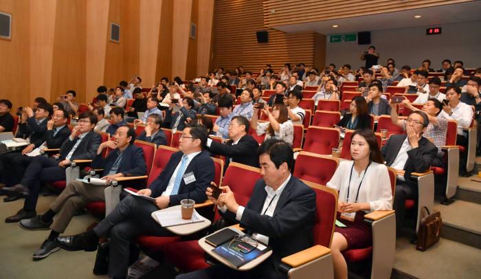 지난 14일 서울 역삼 포스코타워에서 열린 제2회 전자신문 테크위크 마지막날 세션 참석자들이 강연을 듣고 있다.