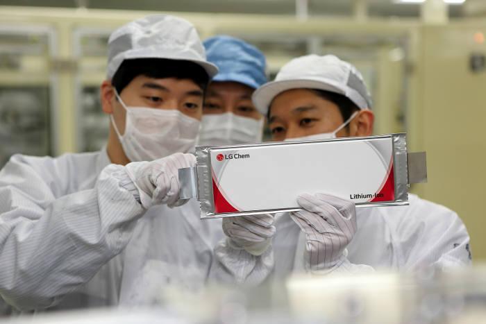 LG화학 직원들이 전기차 배터리를 점검하고 있는 모습(자료: LG화학)