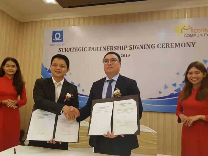 조재도 미콘캐시 회장(오른쪽 두 번째)이 재키 바암 베트남 바슈소 JSC그룹 대표와 업무협력 합의각서(MOA)를 교환하고 악수를 나누고 있다.
