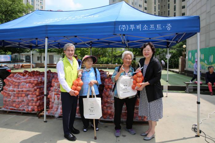 홍재은 NH농협생명 대표(왼쪽 첫 번째)가 지난 17일 서울시 은평구 은평노인종합복지관에서 양파 나눔 행사를 진행하고 기념촬영했다.
