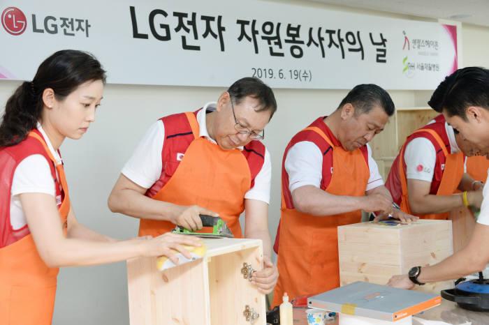 조성진 LG전자 부회장(왼쪽 두 번째)이 LG전자 임직원들과 은평재활원을 찾아 가구를 제작하는 봉사활동을 펼쳤다.