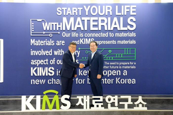 허석 순천시장(오른쪽)이 지난해 8월 이정환 재료연구소장과 마그네슘 산업육성을 위한 협약을 체결하고 있다.