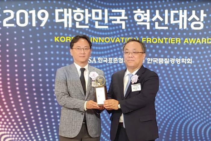 최창국 LG유플러스 FC전략담당 상무(왼쪽)와 이상진 한국표준협회장.