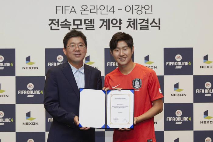 김용대 넥슨 사업본부장(왼쪽)과 이강인 선수.