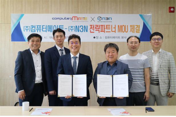 김성호 컴퓨터메이트 대표(오른쪽에서 세번째)와 이준호 엔쓰리엔 이준호 상무가 전략파트너 MOU를 체결한 뒤 기념촬영한 모습.