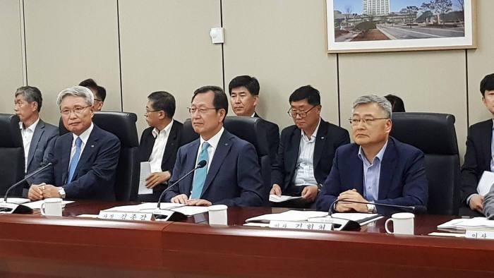 김종갑 한전 사장(가운데)이 전기요금 개편안 이사회에 참석한 모습.
