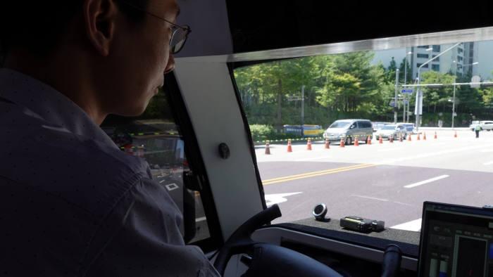 SK텔레콤 관계자가 핸들을 놓은채 자율주행차를 운전하고 있다.