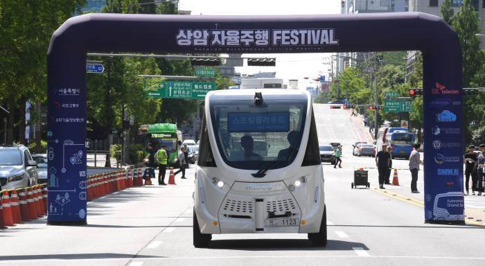 국내 최초 SKT 5G·V2X 융합 자율주행차량, 상암동 달리다