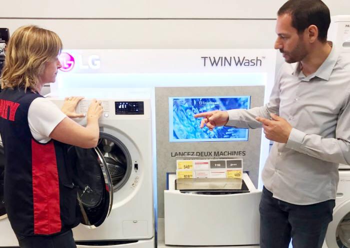프랑스 최대 가전유통채널 프낙 다르티(Fnac Darty) 매장에서 직원들이 애프터서비스 지표 1위로 선정된 LG전자 세탁기를 소개하고 있다.