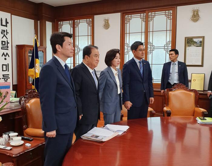 여야3당은 문희상 국회의장 주재로 24일 국회 정상화 합의안을 작성했다. 하지만 이날 오후 한국당 의원총회에서 합의서 추인이 불발되면서 국회 정상화가 최종 무산됐다.