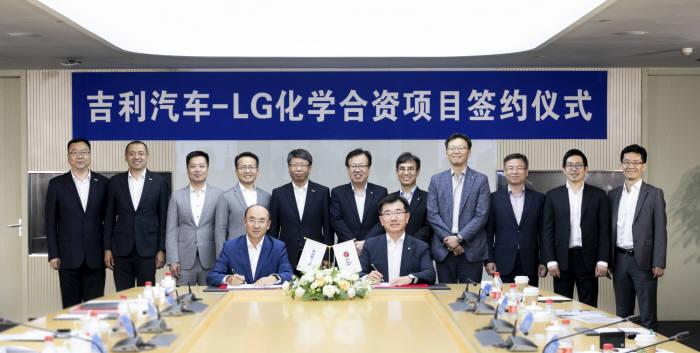펑칭펑 지리자동차 부총재(왼쪽)와 김종현 LG화학 사장이 전기차 배터리 합작법인 계약을 체결하고 있다. (사진=LG화학)