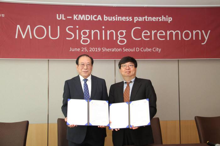 (왼쪽부터) 이재화 한국의료기기공업협동조합 이사장과 이진기 UL코리아 전무가 25일 양사 업무협약 체결식에서 기념촬영을 하고 있다