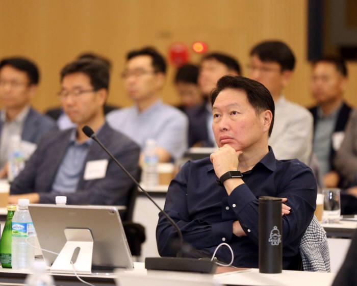 최태원 SK회장이 25일 경기도 이천시 SKMS연구소에서 열린 2019확대경영회의에서 발표 내용을 경청하고 있다.
