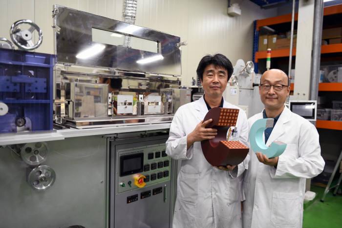 김석환(왼쪽)연구원과 조영식 연구원이 기존 초전도자석과 크기 무게를 줄인 스마트 인슐레이션 초전도자석 모형을 비교해 보여주고 있다.