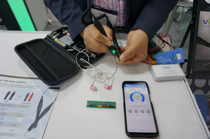 Y테크가 선보인 비온 디지털 멀티미터도 관람객의 호평을 받았다. 블투스트로 스마트폰와 연결해 전구, 배터리, 회로판 등의 저항과 전압을 손쉽게 측정하고 기록할 수 있다. 다음 달 출시 예정으로 해외 수출가는 약 70달러(약 8만원)이다.