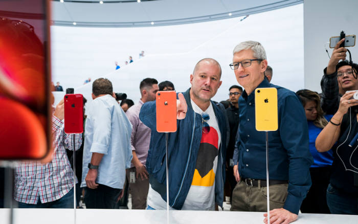 2018년 아이폰Xr 런칭 행사 당시 조너선 아이브 애플 CDO(왼쪽)와 팀쿡 애플 CEO.
