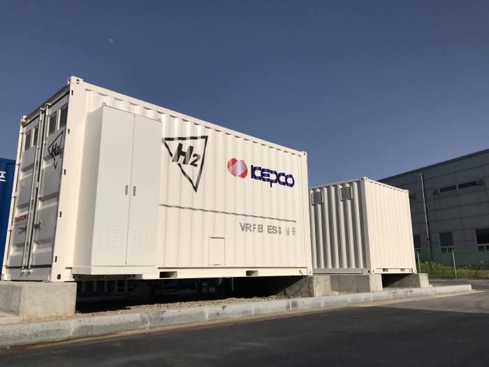 한전 고창전시험력센터에 설치된 에이치투 바나듐레독스플로배터리 에너지저장장치(ESS). (사진=에이치투)