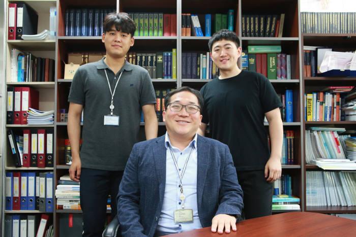 이용민 DGIST 에너지공학전공 교수(가운데), 송지훈 석박사통합과성생(오른쪽), 박주남 박사과정생(왼쪽)