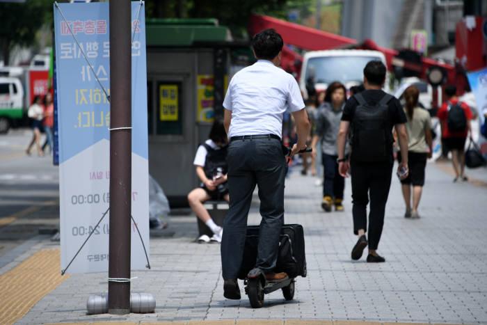 커지는 공유 킥보드 시장, 문제는 안전