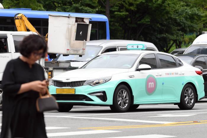 현대·기아차가 KST모빌리티의 마카롱택시에 50억원을 투자하기로 확정했다. 3일 서울 마포구 일대에서 운행되고 있는 마카롱택시.<br />이동근기자 foto@etnews.com