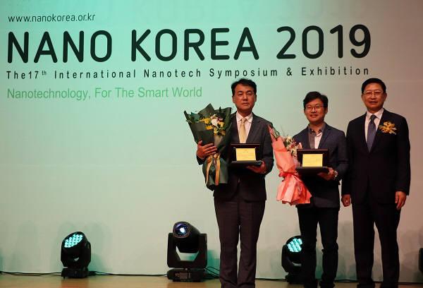조상호 대유플러스 대표이사(사진 왼쪽 첫번째)가 나노코리아2019 조직위원장상을 수상하고 기념촬영했다.