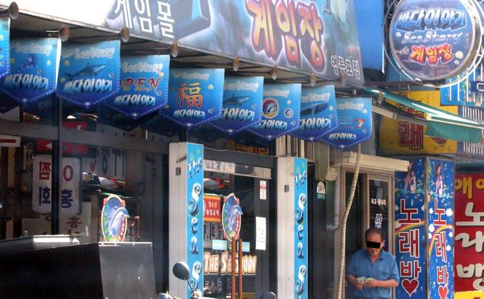 2006년 8월 성인용 게임장이 사실상 도박공간으로 변한 이른바 바다이야기 사태가 전국을 휩쓸었다.