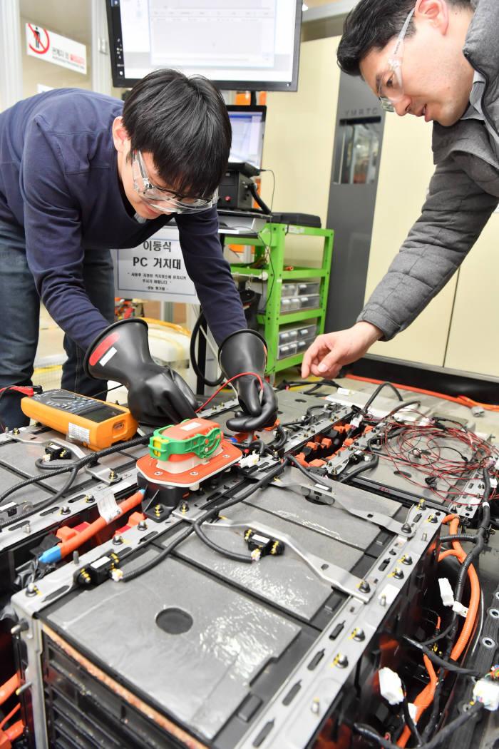 피엠그로우 경기도 의왕시에 위치한 피엠그로우 연구소. 연구원이 전기차 폐배터리 재사용(Reuse) 작업 중이다.