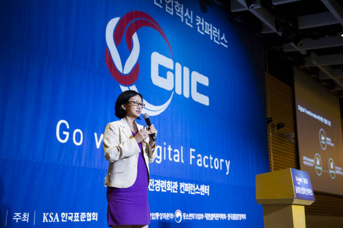 윤심 삼성SDS 부사장이 5일 서울 영등포구 전경련회관 콘퍼런스센터에서 열린 한국표준협회 2019 글로벌 산업혁신 콘퍼런스에서 강연하고 있다.