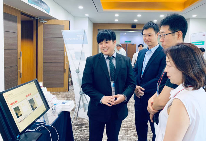 2019 인천·경기지역 전국대학 IT관리자 협의회에서 관람객이 토마토시스템 부스를 둘러보고 있다.