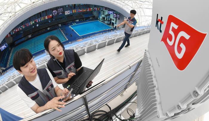 광주FINA세계수영선수권대회가 열리는 남부대학교 수영장에서 KT 직원들이 5G 네트워크를 점검하고 있다.