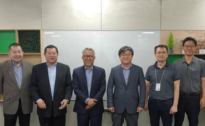 이드함 나와위 셀콤(Celcom) 최고경영자(왼쪽 세번 번째)와 최택진 LG유플러스 부사장(왼쪽 네 번째)이 관계자들과 한국과 말레이시아 5G 협력방안을 논의했다.