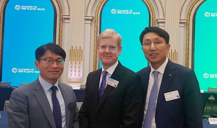 왼쪽부터 양호진 SKC 화학사업개발본부장, 데이비드 테일러 AEPW 의장, 원기돈 SKC 사업운영총괄.
