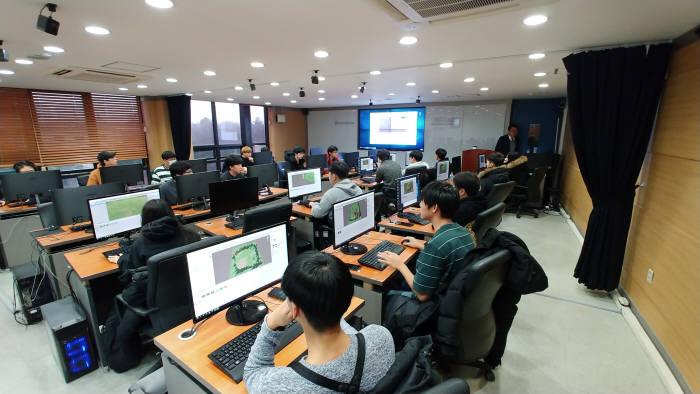한국IT직업전문학교가 소프트웨어영재교육원을 설립, SW특기자 전형 진학 희망자를 대상으로 교육을 실시한다. 한국IT직업전문학교 게임계열 학생들이 프로젝트를 수행하고 있다.