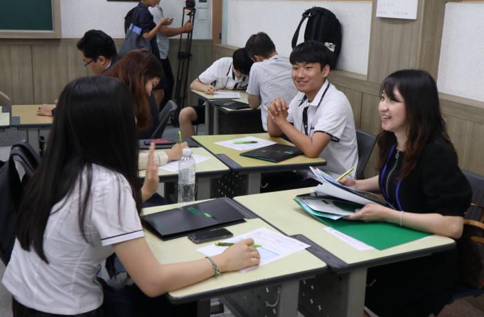 서울 세명컴퓨터고 내 서울 뉴칼라 스쿨 교실에서 멘토와 학생들이 대화를 나누고 설문지를 작성하고 있습니다. 박종진기자 truth@