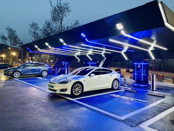 이마트가 지난 1월 이마트 광교점에 오픈한 일렉트로 하이퍼 차저 스테이션(Electro Hyper Charger Station).