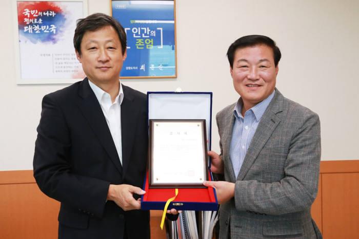 유희관 KT스카이라이프 부사장(왼쪽)과 정만호 강원도 경제부지사.