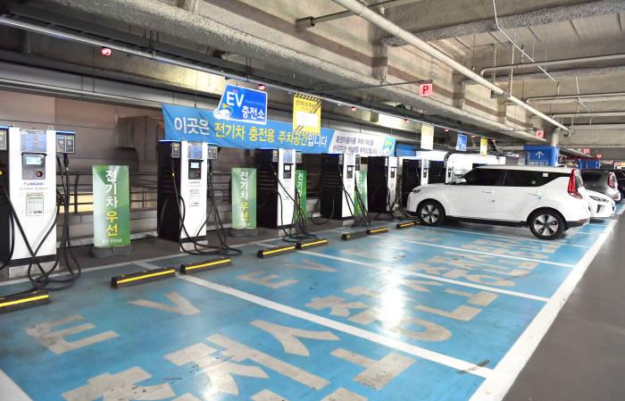 서울 용산구 대형 유통점에 위치한 전기차 공용충전소.