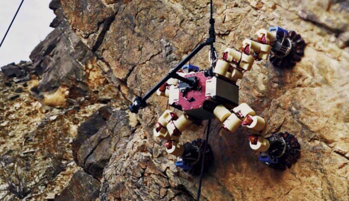 스스로 벽을 타면서 지형을 관찰하는 NASA의 리머(Lemur) 로봇. <사진=NASA>