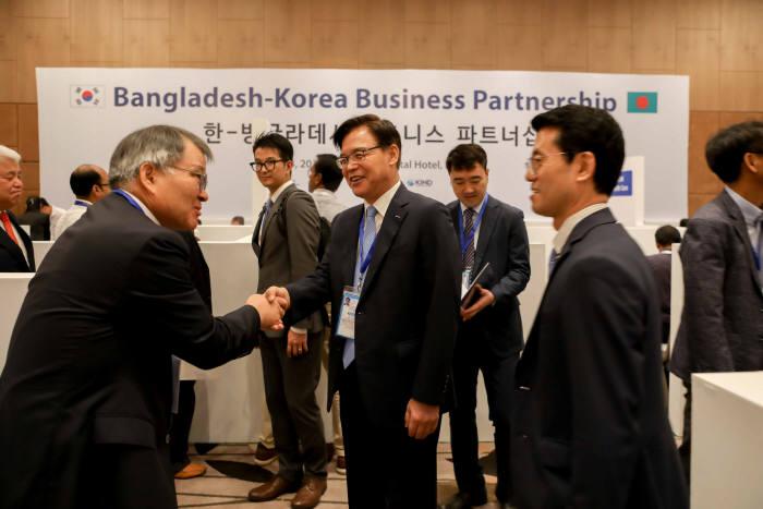 KOTRA는 한국무역협회와 공동으로 이낙연 총리의 공식방문과 연계해 14일(현지시간) 방글라데시에서 한-방글라데시 비즈니스 파트너십을 개최했다. 권평오 KOTRA 사장(오른쪽에서 2번째)이 국내 참가기업 관계자와 인사를 나누고 있다.