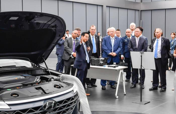 레우벤 리블린 이스라엘 대통령(사진 중앙)과 정의선 현대자동차그룹 수석부회장(오른쪽에서 두번째)이 넥쏘 미세먼지 공기 정화 기술 시연회를 참관하고 있다.