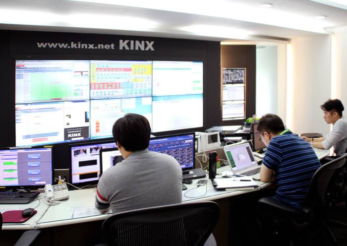 서울 도곡동의 KINX 데이터센터 종합관제실에서 직원들이 클라우드 연계 시스템을 모니터링하고 있다.
