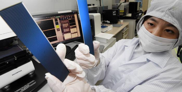 경기 성남시 신성이엔지 연구실에서 연구원이 파워XT 태양광 모듈을 살펴보고 있다. 성남= 이동근기자 foto@etnews.com