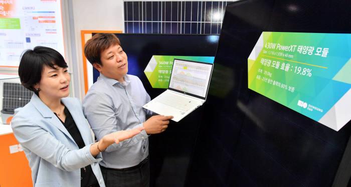 내년부터 효율이 17% 미만인 태양광 모듈은 시장에서 퇴출될 것으로 전망된다. 에너지업계에 따르면 산업통상자원부, 한국에너지공단 등은 태양광 모듈 최저 효율 기준을 17%로 잠정 조율하고 업계 의견 수렴을 거쳐 내년부터 적용할 방침이다. 16일 경기도 성남시 분당구 신성이엔지에서 직원들이 신제품 태양광 모듈 관련 리뷰와 회의를 하고 있다.<br />박지호기자 jihopress@etnews.com