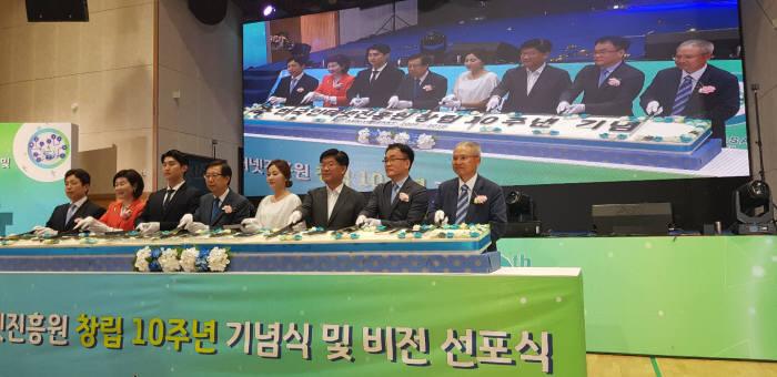 한국인터넷진흥원 창립 10주년을 맞아 기념식을 했다. 장석영 과학기술정보통신부 실장(맨 왼쪽)과 김석환(왼쪽 네번째) 원장이 기념 떡을 자르고 있다.