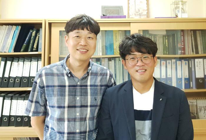 금오공대 김종복 교수 연구팀이 은나노 와이어기반 유연투명전극의 경제적 패터닝 기술을 개발했다. 사진 왼쪽부터 김종복 교수, 고동욱 박사과정