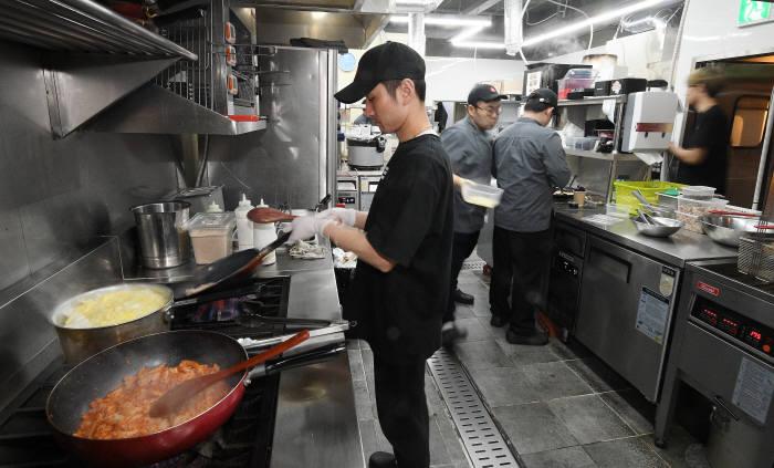 서울에 위치한 공유주방에서 셰프들이 요리를 하고 있다. 사진: 이동근 기자 foto@etnews.com