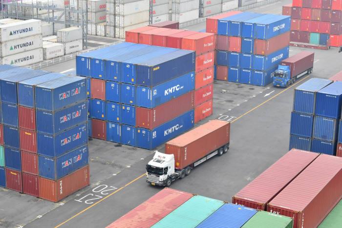 한국무역협회에 따르면 올해 1~6월 사이 한국에서 해외로 나가는 가전 수출액이 전년 동기 대비 크게 줄어들었다. 품목에 따라 격차는 있었으나 주요가전 품목을 중심으로 하면 전반적으로 두 자릿수 수준으로 감소하는 추세다. 17일 인천신항 컨테이너 야적장에 수출을 기다리는 컨테이너가 쌓여 있다. 인천= 박지호기자 jihopress@etnews.com